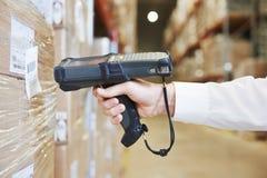 Mano del lavoratore del magazzino con l'analizzatore fotografia stock libera da diritti