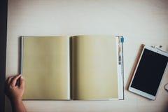 Mano del libro aperto della donna Fotografia Stock Libera da Diritti