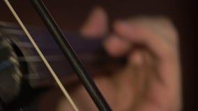 Mano del músico del jugador del violín que juega música almacen de video
