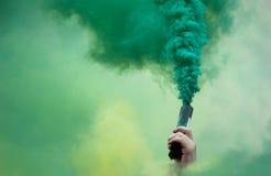 Mano del manifestante en smokey coloreado imagen de archivo