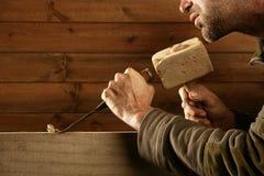 Mano del martillo de la herramienta del carpintero del cincel de madera del formón Imágenes de archivo libres de regalías