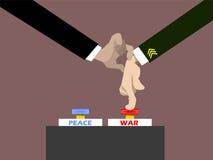 Mano del militare della tenuta di Politico per la pressatura del bottone di guerra Immagini Stock Libere da Diritti