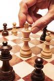 Mano del movimiento de ajedrez Foto de archivo