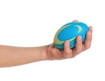 Mano del muchacho con la pequeña bola Fotos de archivo libres de regalías