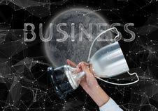 mano del negocio con el trofeo en la noche con la luna y las estrellas Negocios Imagen de archivo