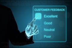 Mano del negocio que hace clic comentarios de clientes en la pantalla táctil Fotos de archivo libres de regalías