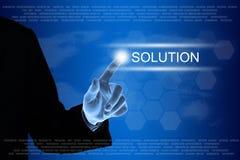 Mano del negocio que hace clic el botón de la solución en la pantalla táctil Foto de archivo libre de regalías