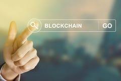 Mano del negocio que hace clic el botón del blockchain en barra de herramientas de la búsqueda imagen de archivo libre de regalías
