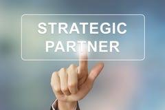 Mano del negocio que hace clic el botón del socio estratégico fotografía de archivo
