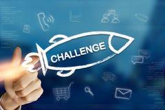 Mano del negocio que hace clic el cohete del desafío foto de archivo libre de regalías