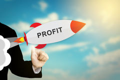 Mano del negocio que hace clic el cohete financiero del beneficio foto de archivo libre de regalías
