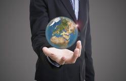 Mano del negocio que lleva a cabo negocio del concepto de la tierra del globo social Foto de archivo