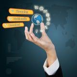 Mano del negocio que muestra global y del concepto de Internet de la tecnología Imagen de archivo libre de regalías