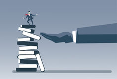 Mano del negocio que pone concepto de la inteligencia de la educación del éxito de la estrategia de On Books Stack del hombre de  Imágenes de archivo libres de regalías