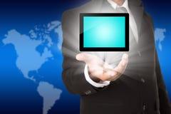 Mano del negocio que sostiene una pantalla táctil de la tableta Imagen de archivo libre de regalías