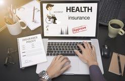 Mano del negocio usando el ordenador con seguro médico de la protección Foto de archivo libre de regalías