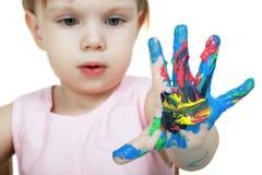 Mano del niño coloreado