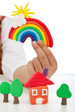 Mano del niño con el modelado de creaciones de la arcilla Imágenes de archivo libres de regalías