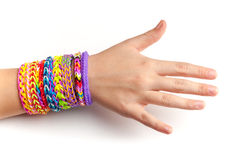 Mano del niño con las pulseras de goma coloridas del telar del arco iris Fotos de archivo