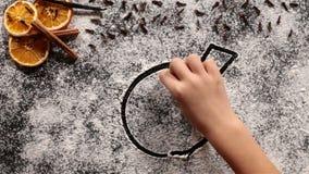 Mano del niño que dibuja una chuchería de la Navidad en la harina almacen de video