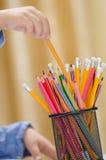 Mano del niño y lápiz coloreado imagen de archivo libre de regalías