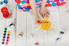 Mano del niño con el dibujo de cepillos en el Libro Blanco Imágenes de archivo libres de regalías