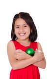 Mano del niño que sostiene un ornamento de la Navidad Foto de archivo libre de regalías