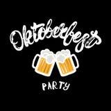 Mano del partido de Oktoberfest escrita poniendo letras al cartel con las tazas de cerveza Fotos de archivo libres de regalías