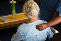 Mano del paziente d'esame dell'infermiere nella casa di riposo Immagine Stock