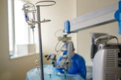 Mano del paziente ricoverato con la soluzione salina in contagoccia endovenoso del gocciolamento in ospedale fotografie stock