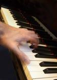 Mano del pianista que juega un acorde, acción del movimiento Imagen de archivo