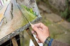 Mano del pintor, artista en el trabajo Fotos de archivo libres de regalías