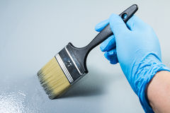 Mano del pintor que trabaja con una brocha Imagen de archivo libre de regalías