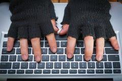 Mano del pirata informático en guante Imagen de archivo