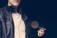 Mano del primer con el vinilo de DJ Foto de archivo libre de regalías