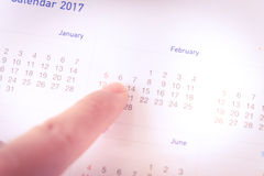 Mano del primo piano che segna il 14 febbraio giorno di S. Valentino Fotografie Stock Libere da Diritti