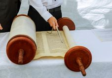 Mano del ragazzo che legge il Torah ebreo bar mitzvah al 5 settembre 2016 U.S.A. Fotografie Stock Libere da Diritti