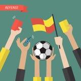 Mano del árbitro que lleva a cabo iconos de un fútbol Imagenes de archivo