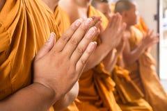 Mano del respecto asiático joven de la paga del monje al Buda Imagen de archivo libre de regalías