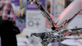 Mano del robot commovente archivi video