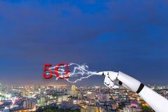 Mano del robot con la red digital 5g de la tecnología de comunicación imagenes de archivo