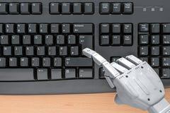 Mano del robot usando un teclado Imagen de archivo libre de regalías