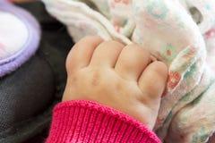 Mano del ` s del bebé que ase una manta de la comodidad Fotografía de archivo libre de regalías