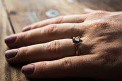 Mano del ` s de la mujer con un anillo de compromiso Fotos de archivo libres de regalías