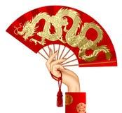 Mano del ` s de la mujer con una fan china roja con el gragon decorativo del oro ilustración del vector