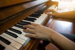 Mano del ` s de la mujer que juega el piano foto de archivo