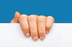 Mano del ` s de la mujer que sostiene el papel en blanco blanco - aislado en azul Fotos de archivo