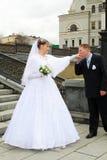 Mano del `s de la novia del novio que se besa Foto de archivo libre de regalías