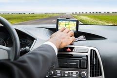 Mano del ` s de la persona usando el servicio de GPS imagen de archivo
