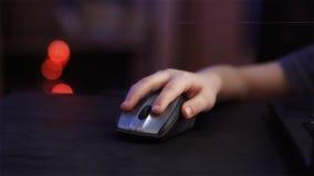 Mano del ` s del bambino con il topo del computer Immagini Stock Libere da Diritti